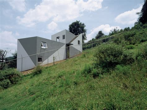 house on slope house on a slope dellek arquitectos archdaily