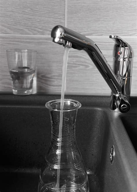 Keran Air Warna Putih 12 In gambar hitam dan putih roda kaca satu warna bahan keran hidup masih fotografi rendah