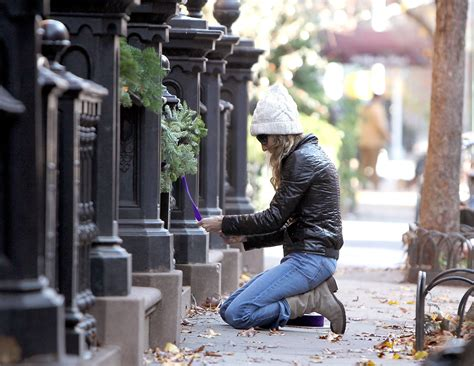 sarah jessica parker house sarah jessica parker making decorations at the entrance of her house hawtcelebs