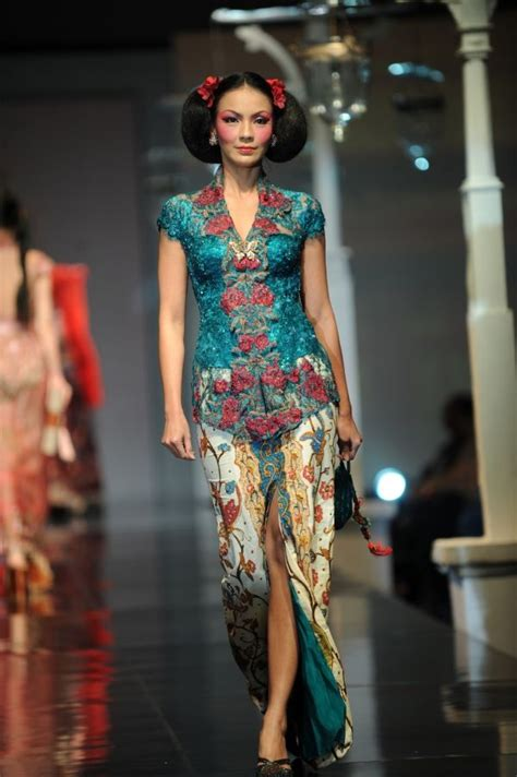 Kebaya Bali Set 205 the kebaya color combination batik encim as the skirt batik indonesia
