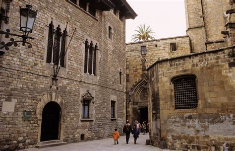 barcelona gothic quarter barri g 242 tic in barcelona the student guide beroomers blog