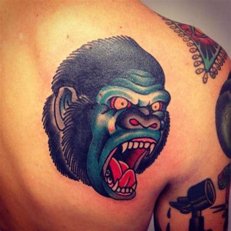 tatuaż ramię new goryl przez filip henningsson