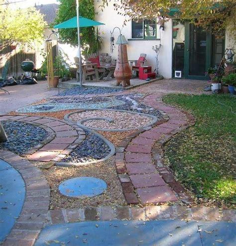 Incroyable Deco Jardin Avec Cailloux #1: Gravier-decoratif-idees-deco-allee-jardin-parasol-pelouse.jpg
