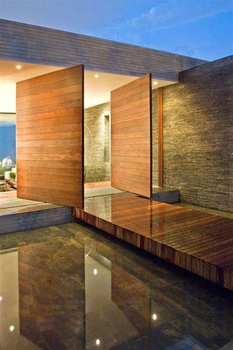 porta casa portas pivotantes de madeira na entrada de uma casa de