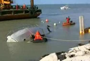capitaneria di porto civitanova marche recuperato il peschereccio affondato nel porto di fano