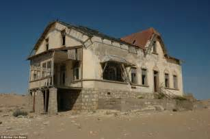 abandoned towns kolmanskop stunning pictures of namibia s ghost town that