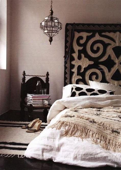 schlafzimmer mit schwarzem bett schlafzimmer boho dekor