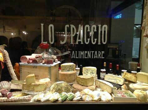 lo spaccio alimentare vetrina con esposizione dei nostri salumi e formaggi