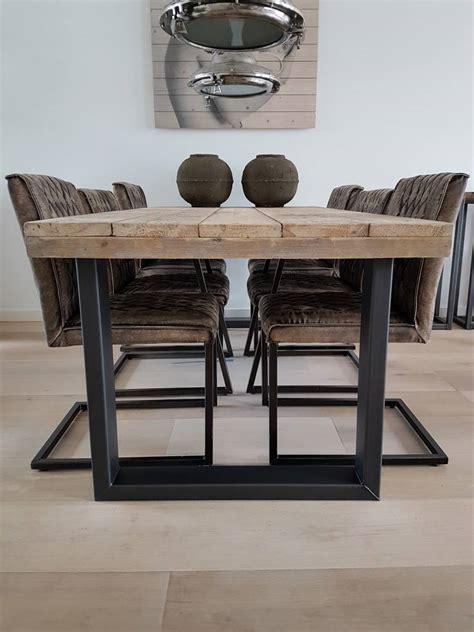 tafelblad maken voor buiten eettafel gemaakt van gebruikt steigerhout op een stalen x