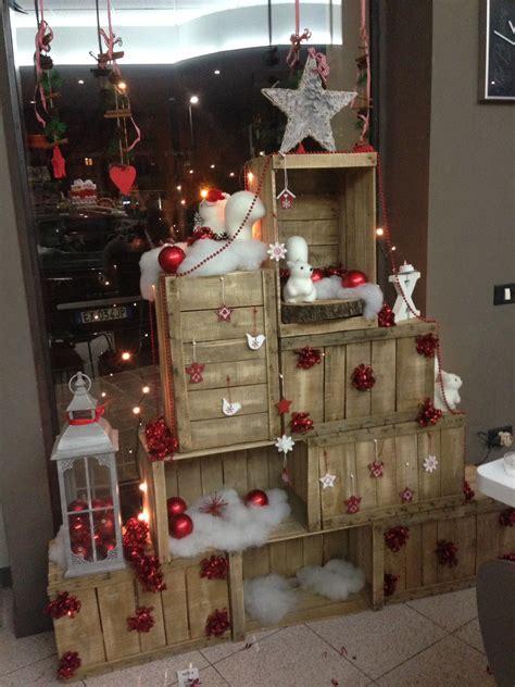 cassette natalizie allestimento di natale albero con cassette di legno