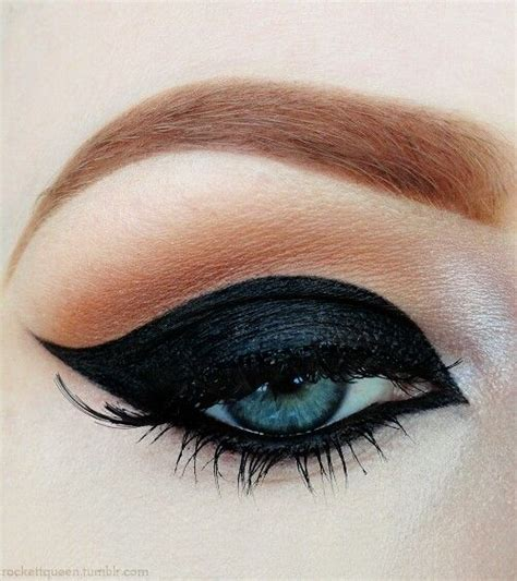 Eyeliner Casandra thick black winged eyeliner makeup