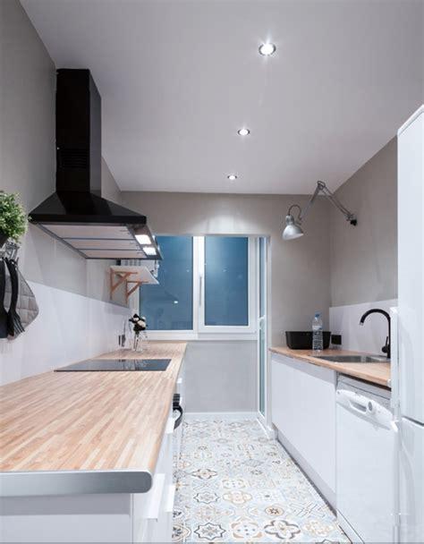 cocina por dos foto cocina en dos frentes con suelo imitaci 243 n baldosa