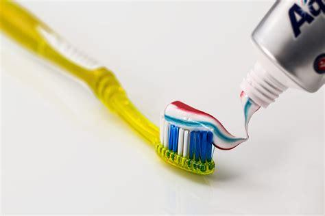 Pasta Gigi Aquafresh toothpaste being put on yellow toothbrush 183 free stock photo