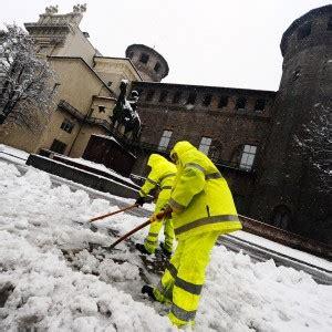 chiuse torino torino chiuse scuole e universit 224 per l emergenza neve