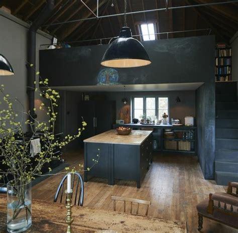 Merveilleux Couleur De Peinture Cuisine #6: décor-dramatique-cuisine-industrielle-en-gris-anthracite-ilot-cuisine-couleur-anthracite-suspension-loft-coin-repas-en-bois-e1477402237386.jpg