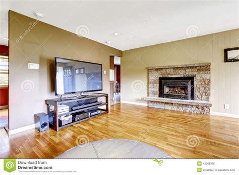 saloni con camino salone con il camino della disposizione e la tv di pietra