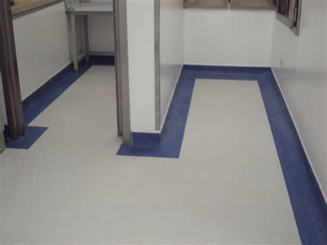 piso vinilico en rollo foto piso vinilico en rollo con retorno con franja azul