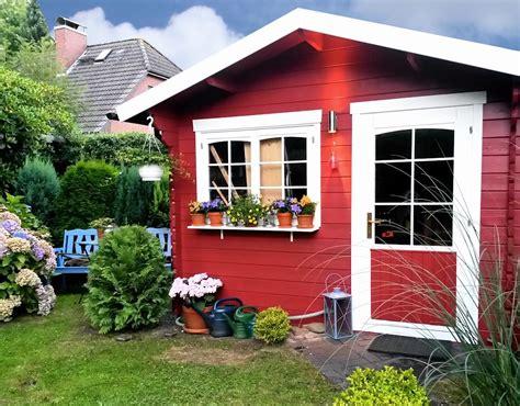 gartenhaus weiß streichen gartenhaus streichen ganz leicht erneuern perfekt