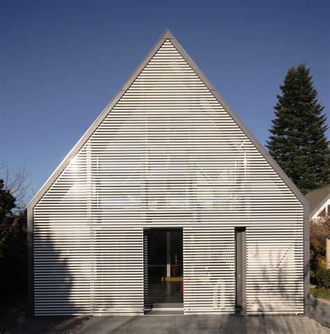 siedlungshaus sanieren wohnhaus mit wandelbarer screenfassade muenchenarchitektur