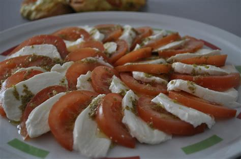 cuisine tomate salade de tomate mozzarella au pesto gulcan cuisine