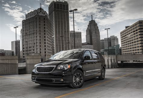 town n country chrysler 2013 chrysler town and country s photo gallery autoblog