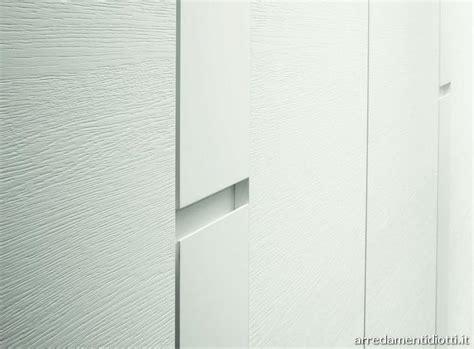 maniglie per armadi a muro armadio con maniglie armadio con cerniere self closing e