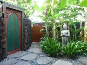 balinesischer garten exterior design bali style doors hawaiian courtyard