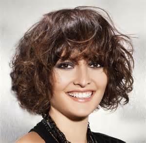 coupe de cheveux fris 233 s femme avec frange