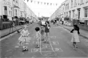 imagenes de niños jugando futbol en la calle recuperar las calles como espacio de juego jugar i jugar
