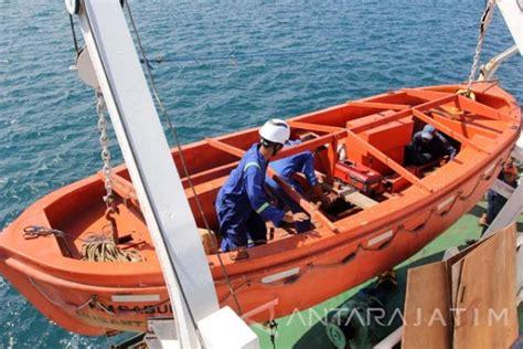 Alat Keselamatan Kapal by Periksa Alat Keselamatan Kapal Antara News Jawa Timur