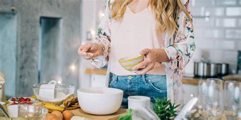 femme qui cuisine maigrir facilement avec weight watchers cosmopolitan fr