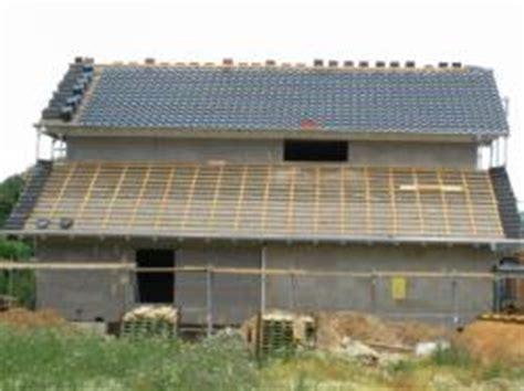 dach eindecken neubau dachlatten und schwarze dachziegel - Sicherheitstür