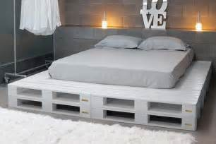 Pallet Platform Bed Diy Chic White Platform Pallet Bed 99 Pallets
