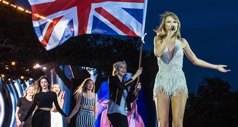 taylor swift concert england taylor swift performs in london with friends karlie kloss