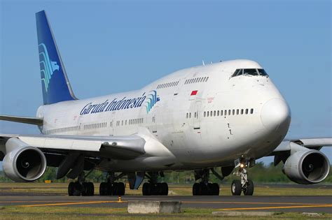 garuda indonesia file garuda indonesia boeing 747 400 pichugin 1 jpg wikimedia commons