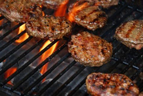Grillé Feu grilla hamburgare i sommar veckotidningen