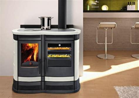 Super Stufa A Pellet Per Cucinare #1: cucina-a-legna-moderna-nel-living-di-progetto-fuoco.jpg