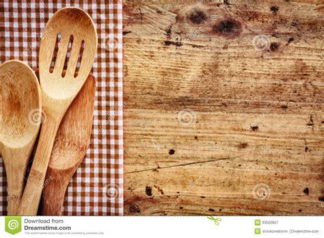 fond en bois avec des ustensiles de cuisine photographie