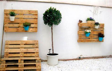 jardines con palets haz un jard 237 n vertical con palets muebles y palets