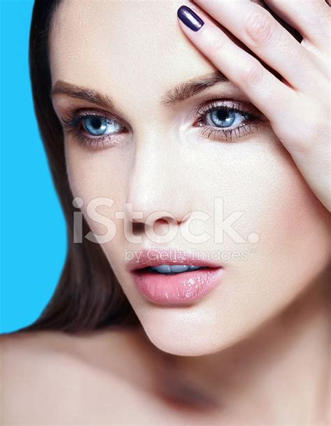 Models Without Makeup Are Still Freakin Gorgeous by 美丽的女人模型没有化妆用干净的皮肤 照片素材 Freeimages