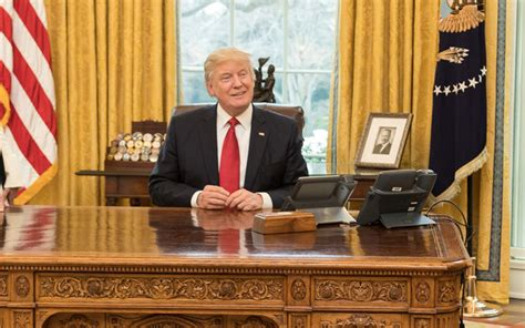 what desk is trump using play of the day the other red button in the oval office