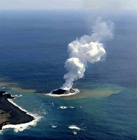 imagenes volcan japon nace una isla tras la erupci 243 n de un volc 225 n