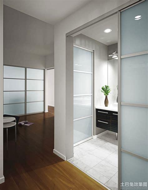 doors between kitchen and bathroom 洗手间磨砂玻璃门图片 土巴兔装修效果图