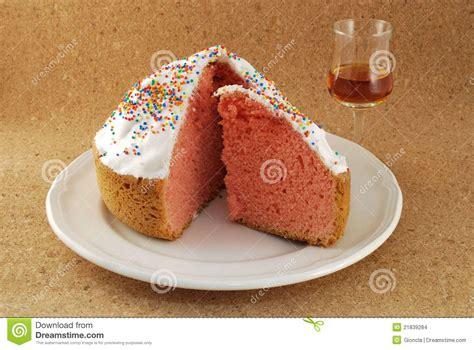 kuchen mit einem ei ostern kuchen mit einem glas dessertwein stockfoto bild