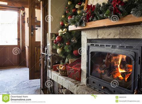 ghirlande natalizie per camino decorazioni natalizie per caminetto albero di natale con