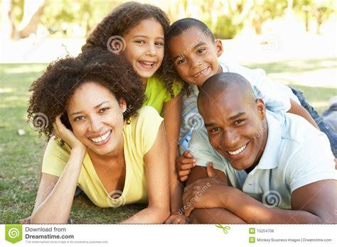 imagenes de la familia feliz retrato de la familia feliz llenado para arriba en parque