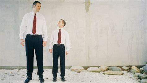 amigos en las altas b006z9vegy kamburgriton las personas m 225 s altas son m 225 s felices y cobran m 225 s