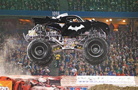 monster jam batman llega a espa 241 a el monster jam un espect 225 culo con monster