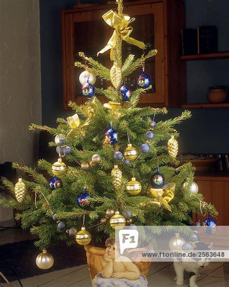 weihnachtsbaum geschm 252 ckt mit kugeln lizenzfreies bild