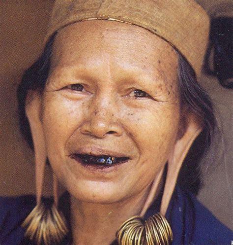 tato dayak wanita tradisi memanjangkan telinga dan menattoo tubuh di